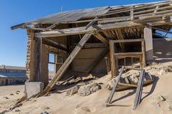 Руины раз зажиточного немецкого городка Kolmanskop минирования в пустыне Namib около Luderitz, Намибии, Южной Африки Стоковые Фото