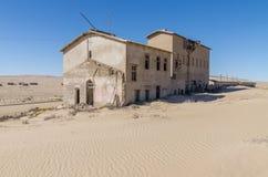 Руины раз зажиточного немецкого городка Kolmanskop минирования в пустыне Namib около Luderitz, Намибии, Южной Африки Стоковые Изображения