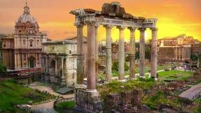 Руины римского форума ` s на заходе солнца, старые здания правительства начали седьмой век ДО РОЖДЕСТВА ХРИСТОВА Италия rome сток-видео