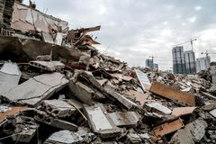 Руины сокрушенного здания стоковые фотографии rf