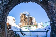 Руины средневекового замка Lichnice около Tremosnice, чехии Солнечный снежный зимний день стоковое изображение