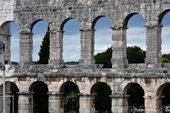 Руины старого амфитеатра в пулах Хорватия Стоковые Изображения