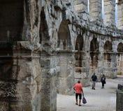 Руины старого амфитеатра в пулах Хорватия стоковая фотография
