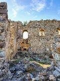 руины старого древнего города, улицы, столбцы, здания разбросали камни и части руин и артефактов стоковое фото