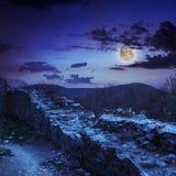 Руины старого замка в горах на ноче Стоковая Фотография