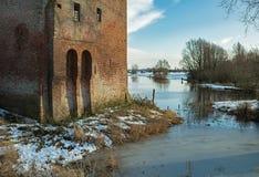 Руины старого замка на реке IJssel в зиме Стоковое Изображение RF