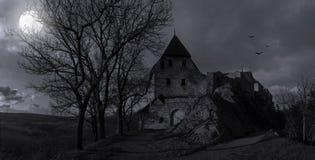 Руины старого замка Tocnik в лунном свете тайны Стоковая Фотография RF