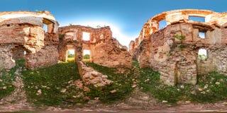 Руины старого кирпича рокируют с панорамой травы 3D солнца голубого неба зеленой сферически с углом наблюдения 360 градусов Подго Стоковые Изображения