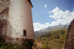Руины старого поселения в горах Кавказа стоковые фото