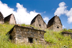 Руины старого поселения в горах Кавказа стоковое изображение rf
