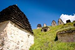 Руины старого поселения в горах Кавказа стоковое изображение