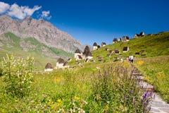 Руины старого поселения в горах Кавказа стоковые фотографии rf