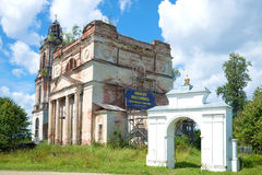 Руины старого собора St Nicholas и церковного двора стробов сельского Деревня Nikolo-Korma, зоны Yaroslavl Стоковая Фотография
