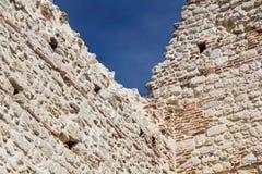 Руины старого средневекового замка кирпич крепостной стены и детали башни стоковые фотографии rf
