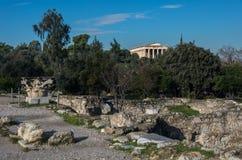 Руины старой агоры с виском Hephaestus на предпосылке Стоковое фото RF
