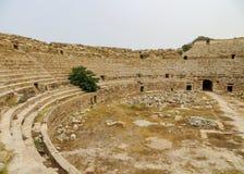 Руины старой римской арены для гладиаторов и игр, расположенной на больших винных бутылках Leptis в Ливии Стоковые Фотографии RF