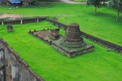 Руины Chedi на зеленой лужайке Стоковые Изображения RF