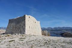 Руины fortica на острове Pag Хорватии стоковые изображения