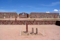 Руины Tiwanaku - пре-Inca Kalasasaya & более низкие виски & монолит Kontiki стоковое изображение rf