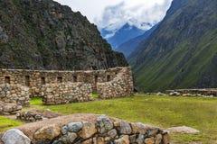 Руины Willkaraqay и окружающие горы в священной зоне долины, вдоль следа Inca делают Machu Picchu в Перу Стоковая Фотография