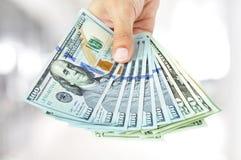 Рука давая деньги - счеты доллара США (USD) Стоковые Изображения