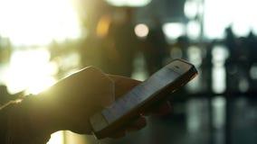 Рука авиапорта Smartphone акции видеоматериалы