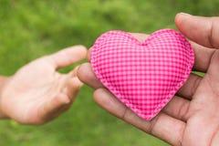 Рука дает влюбленность сердца Стоковые Фото