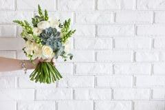 Рука дает пук с белыми розами и succulent Стоковое Изображение