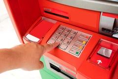 Рука азиатского человека отжимая число застегивает на машине ATM Стоковое Изображение RF