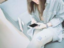 Рука азиатской девушки 25s битника к 35s с демикотоном du синего пиджака Стоковое Изображение