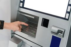 Рука азиатской женщины отжимая число застегивает на машине ATM Стоковые Фотографии RF