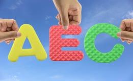 Рука аранжирует AEC алфавита экономического сообщества АСЕАН акронима стоковые изображения rf