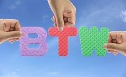 Рука аранжирует BTW алфавита акронима кстати стоковые изображения rf