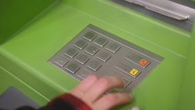 Рука банка ATM входит машину кода Pin наличными Женская рука печатая личный код штыря в банкомате ATM r видеоматериал