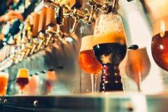 Рука бармена лить большое пиво лагера в кране стоковая фотография rf