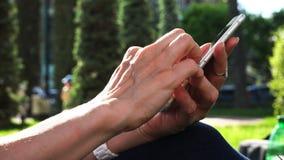 Рука белого человека с пальцами работает на панели датчика ` s телефона видеоматериал