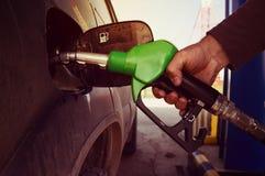 Рука бензина автомобиля дозаправляя Стоковая Фотография