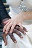 Рука белой женщины на руке чернокожего человека - супругах Стоковое Изображение RF