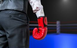 Рука бизнесмена бокса в кольце коробки Стоковая Фотография RF