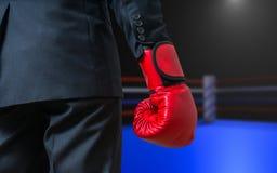 Рука бизнесмена бокса с красной перчаткой в кольце коробки Стоковое Изображение