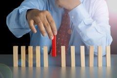 Рука бизнесмена - выберите один из деревянного блока от много деревянного блока внутри Стоковая Фотография RF