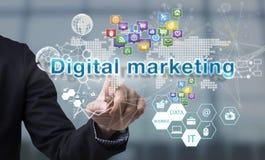 Рука бизнесмена выбирает формулировки маркетинга цифров на интерфейсе Стоковое фото RF