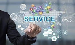 Рука бизнесмена выбирает формулировки обслуживания на экране интерфейса Стоковые Фотографии RF
