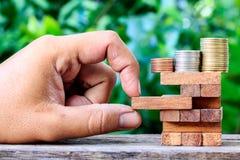 Рука бизнесмена вытягивая вне или устанавливая деревянный блок Стоковые Фото