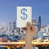 Рука бизнесмена держа бумажное примечание с долларом или $ te Стоковая Фотография RF