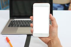 Рука бизнесмена держа пустой смартфон стоковая фотография rf