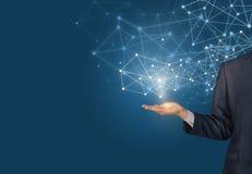 Рука бизнесмена демонстрируя цифровые линии соединения иллюстрация вектора
