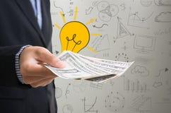 Рука бизнесмена держа деньги долларовой банкноты сбережения концепции стоковые фотографии rf