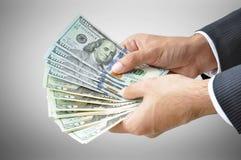 Рука бизнесмена держа деньги - счеты долларов Соединенных Штатов (USD) Стоковое фото RF