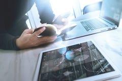 Рука бизнесмена держа книгу и цифровую таблетку Финансы m фото Стоковые Фотографии RF